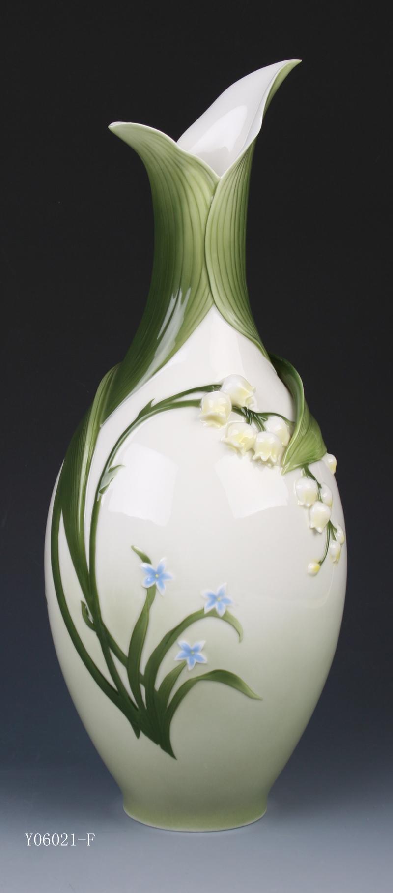 Фарфоровые цветы в вазе фото